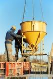 betonowi budowy formy dolewania pracownicy fotografia royalty free