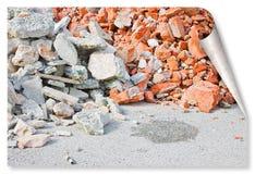 Betonowi i ceglani gruzowi gruzy na budowie po rozbiórki ceglany dom - fryzuje projekta pojęcie i ocienia obrazy royalty free