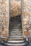 Betonowi Progi Up Kamienną ścianę Zdjęcie Royalty Free