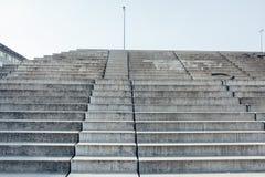 Betonowi progi z dniem zaświecają i ocieniają, miastowa architektura fotografia royalty free
