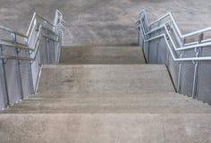 Betonowi schodki i metali poręcze pod mostem Fotografia Royalty Free