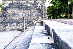Betonowi schodki od niskiej perspektywy w parku Zdjęcia Stock