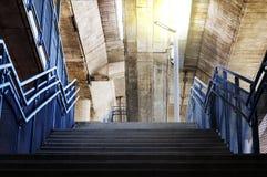 Betonowi schodki są metali poręczami pod mostem z pomarańcze Zdjęcia Royalty Free