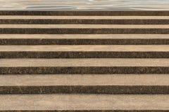 Betonowi schodki z szorstkiej powierzchni projektem zdjęcia stock