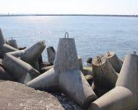 Betonowi zakotwienie ochrania molo od zniszczenia na morze kanale zdjęcie royalty free