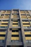 Betonowy blok mieszkaniowy z żółtymi fasadowymi panel/farba Architektoniczny tło, tekstura -/ Fotografia Stock