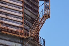 Betonowy cylindryczny przemysłowy silos z metali schodkami z zbawczymi poręcza i ampuła nudziarza drymbami Obraz Royalty Free