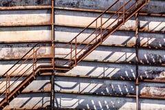Betonowy cylindryczny przemysłowy silos z metali schodkami z zbawczymi poręcza i ampuła nudziarza drymbami Zdjęcia Royalty Free
