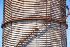 Betonowy cylindryczny przemysłowy silos z metali schodkami z zbawczymi poręcza i ampuła nudziarza drymbami Zdjęcia Stock