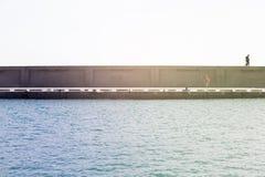 Betonowy dok w oceanie Pary odprowadzenie na wierzchołku Obrazy Royalty Free