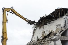 Betonowy dom dla rozbiórki bez okno zdjęcie stock