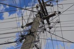 Betonowy elektryczny słup przeciw niebieskiemu niebu z chmury zakończeniem Obrazy Royalty Free