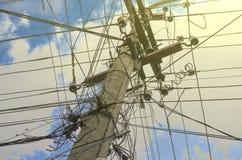 Betonowy elektryczny słup przeciw niebieskiemu niebu z chmury zakończeniem Fotografia Royalty Free
