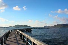 Betonowy jetty z target636_1_ nad morzem obrazy stock