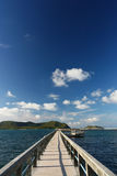 Betonowy jetty z target717_1_ nad morzem zdjęcie stock