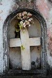 Betonowy krzyż i sztuczni kwiaty fotografia royalty free