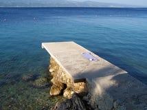 Betonowy molo na plaży obraz stock