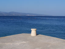 Betonowy molo na plaży zdjęcie stock