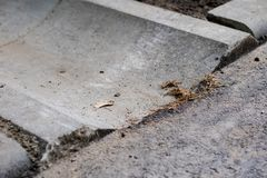 Betonowy odpływ woda przy asfaltową drogą Foremny miejsce fo zdjęcia royalty free