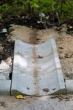 Betonowy odpływ woda przy asfaltową drogą Foremny miejsce fo zdjęcia stock