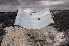 Betonowy odpływ woda przy asfaltową drogą Foremny miejsce fo zdjęcie stock