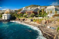 Betonowy plażowy pobliski kąpielowy powikłany Lido w Funchal obrazy stock