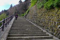Betonowy schodek przy Sintoizm świątynią w Japonia Zdjęcie Royalty Free