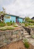Betonowy schody wypośrodkowywać mieszkaniowego dom budującego na ziemia tarasie fotografia stock