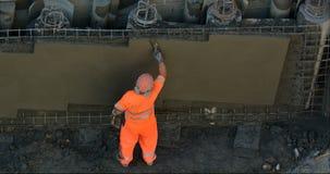 Betonowy tynku mężczyzna gładzi betonową ścianę Fotografia Royalty Free