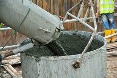 Betonowy wiadra dostawania beton od beton ciężarówki Zdjęcia Royalty Free