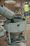 Betonowy wiadra dostawania beton od beton ciężarówki Obraz Stock