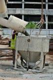 Betonowy wiadra dostawania beton od beton ciężarówki Fotografia Stock