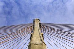 Betonowy wierza i kablowy most z chmurą i niebieskim niebem Obraz Royalty Free