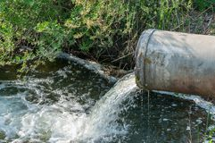 Betonrohr, das den verunreinigten Fluss transportiert Stockfotografie