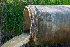 Betonrohr, welches das verunreinigte Abwasserwasser transportiert lizenzfreies stockbild