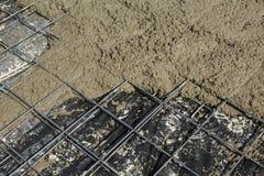 Betonstahlmatte mit frisch gegossener Betonplatte Stockbild