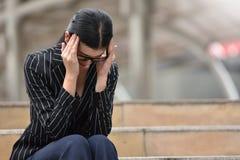 Betonte asiatische Geschäftsfrau, die Kopfschmerzen hat stockbilder