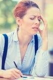 Betonte Berufsfrau, die außerhalb des Planungs- und Führungsstabes sitzt Stockfotografie