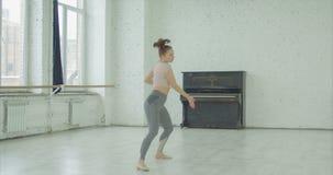Betonte emotional den Tänzer, der weg Schlag geht stock video footage