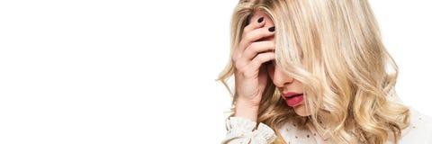Betonte erschöpfte junge Frau, die Kopfschmerzen hat Glaubende Druck- und Druckfahne Deprimierte Frau mit Kopf in den Händen lizenzfreie stockfotos