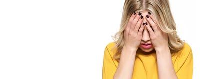 Betonte erschöpfte junge Studentin-Having Strong Tensions-Kopfschmerzenfahne Gefühlsdruck und -druck Deprimierter Kursteilnehmer lizenzfreie stockbilder