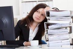 Betonte Frau, die im Büro arbeitet Stockbild