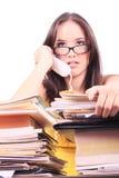 Betonte Frau im Telefon, das an der Schreibtischüberlastung sitzt stockfoto
