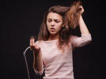 Betonte Frau mit Haarproblemen auf einem schwarzen Hintergrund Vitamine für zerbrechliches Haar Haar-Behandlungs-Konzept Kopieren Stockbilder