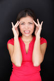 Betonte Frau mit Kopfschmerzendruckmigräne Stockfoto