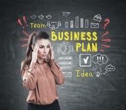 Betonte Frau und bunter Unternehmensplan Stockbilder