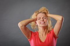 Betonte, frustrierte, deprimierte junge Frau in den Schmerz Stockfotografie