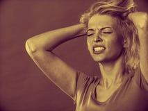 Betonte, frustrierte, deprimierte junge Frau in den Schmerz Lizenzfreies Stockfoto