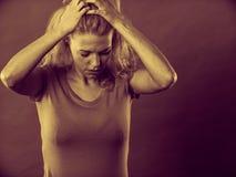Betonte, frustrierte, deprimierte junge Frau in den Schmerz Stockbild