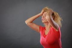 Betonte, frustrierte, deprimierte junge Frau in den Schmerz Lizenzfreie Stockfotos